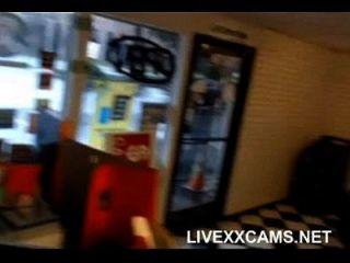 लड़की लोग मुर्गा बेकार है, फिर कार्यालय वेब कैमरा में गड़बड़ हो जाता है