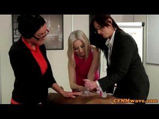 यूरो सीएफएनएम कार्यालय लड़कियां अपने मुर्गा टग