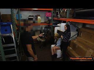 समलैंगिक प्रेमियों मोहरे के मालिक बेचने के लिए एक blowjob बेचने के लिए एक blowjob