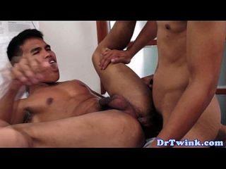 चिकित्सक द्वारा संभालने वाले एशियाई मरीज का गधा