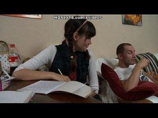 अश्लील कॉलेज लड़की उसे अश्लील दृश्यों में छड़ी पर तंग छेद हो जाता है