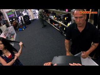 गर्म busty लैटिना उसे पुराने टीवी बेचता है और मोहरे की दुकान पर गड़बड़