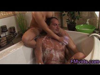 एसा अकिरा साबुन बाथटब में खेलते हैं