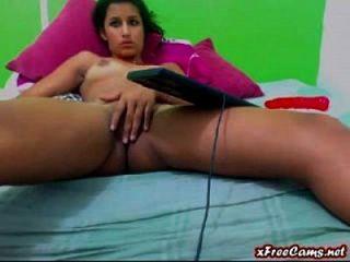 युवा लैटिना बेब वेबकैम पर उसे तंग बिल्ली rubs