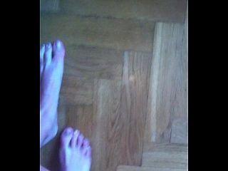 लड़की उसके पैरों को दिखाती है