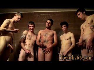 नग्न लड़के लोग उसके चारों ओर इकट्ठा हो रहे हैं और उस पर मुंह फेर ले रहे हैं,