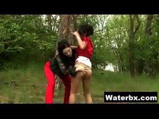 कामुक लड़की पेशाब कट्टर सेक्स ले रही है