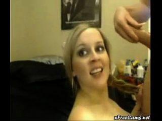 गोरा के साथ वेब कैमरा मज़ा चेहरे में समाप्त होता है
