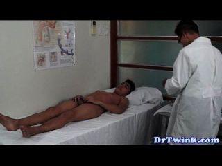 एशियाई डॉक्टरों किशोरों की twink के लिए गधा परीक्षा