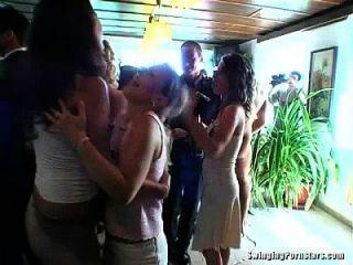 सुरुचिपूर्ण bitches एक शादी में डिक्स ले