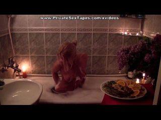रोमांटिक जोड़ी शराब के साथ स्नान और बकवास का आनंद ले रहे