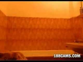 रेडहेड एक बाथ ले रही है 188cams.com