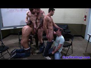 समूह सेक्स समलैंगिकों assfuck और चूसना मुर्गा