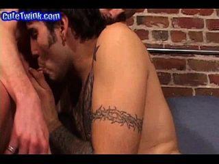 समलैंगिक twinks सोफे पर चूसने
