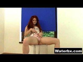गांठदार किशोर नग्न एकल peeing