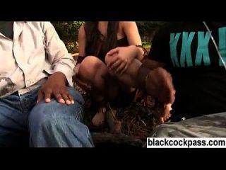 युवा श्यामला काले ठग के साथ मिलती है