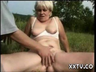 एक क्षेत्र में दादी गड़बड़