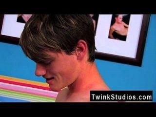सेक्स दो twink के बाद इन दो सुपर गर्म युवाओं को ढीला कर रहे हैं