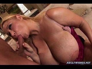 गोरा फूहड़ बड़े स्तन के साथ blowjob कर blowjob