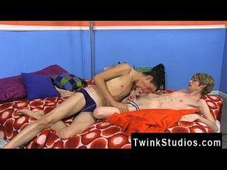 समलैंगिक लोग एडम स्कॉट और प्रीस्टन एंड्रयूस के पास एक कामुक वर्जित है