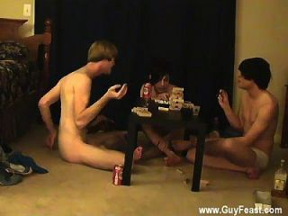 पुरुष मॉडल ट्रेस और विल्यम अपने नए मित्र के साथ मिलते हैं