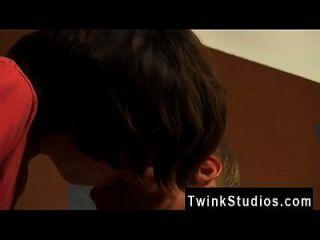समलैंगिक फिल्म कुछ jizz शॉटगन के साथ बंद kicking के लिए deepthroating पाने के लिए
