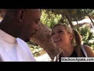 सफेद लड़की एक काला संवर्धन मिलने वह बकवास करना चाहता है