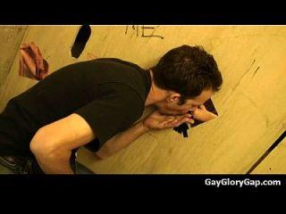 gloryholes और handjobs समलैंगिक गीला मुखौटा एक छेद के माध्यम से 14
