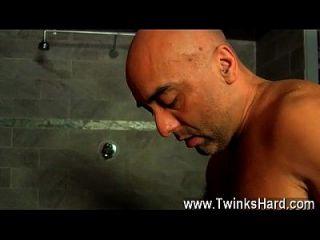 समलैंगिक वीडियो स्वादिष्ट चोंच फेरबदल के रूप में assfuck गतिविधि हो जाता है
