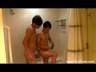 समलैंगिक नंगा नाच विल्यम और दमिअन एक छोटी सी के लिए एक साथ शॉवर में आते हैं