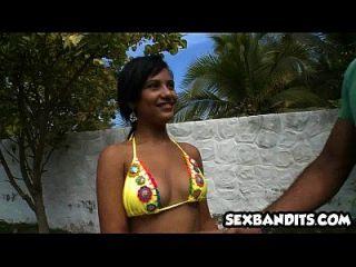 01 समुद्र तट पर 01 बड़ा गधा लैटिना fucks