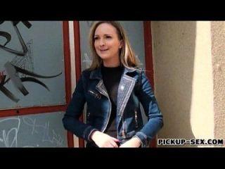 यूरोबेब मेलेनी उसके स्तनों को चमकती है और पैसे के लिए drilled