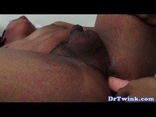 एशियाई twink चिकित्सक रोगी पर dildo का उपयोग करता है