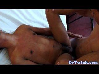 समलैंगिक एशियाई डॉक्टर कमबख्त गधा के बाद cums