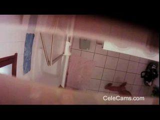 बाथरूम में छिपा कैम milf पट्टी