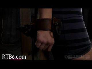 मिठाई लड़की उसके पिंजरे में प्रवेश करती है
