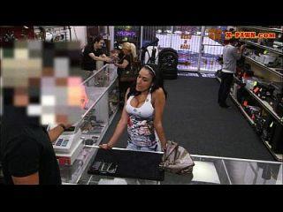 बड़ा titty लैटिना सिर देता है और कुछ नकदी के लिए बढ़ा