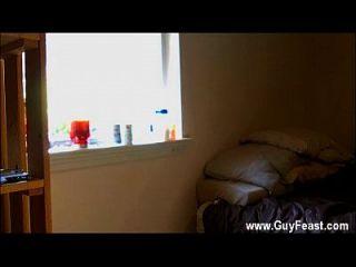 नग्न पुरुष वह नियमित रूप से मकान पर लटका रहे हैं