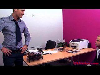 मांसल ब्रिटिश समलैंगिक कार्यालय बकवास कार्रवाई