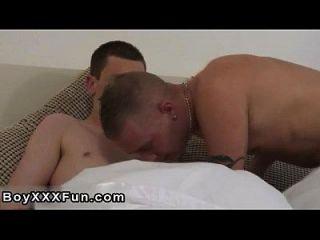पुरुष मॉडल रीज़ और टेलर स्मूच के रूप में वे अपने कपड़े बंद खींच
