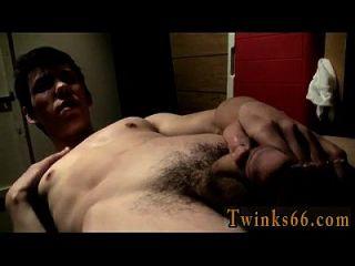 गैरेज में समलैंगिक XXX pissing और कमिंग