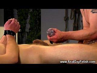 समलैंगिक नंगा नाच सहायता को इस फिल्म में बहुत सज़ा मिलती है, उसके पास