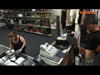 सेक्सी लैटिना स्टीवर्डस मोहरे की दुकान पर उसे बिल्ली प्यारे