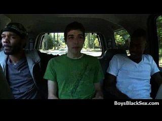 काले लड़के पर गंदी समलैंगिक अंतरजातीय कट्टर कार्रवाई 08