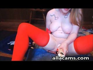 लाल मोज़ा में busty पीली लड़की