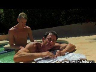 समलैंगिक XXX एलेक्स अपने नग्न शरीर पर सूर्य प्यार है जब उसकी पागल