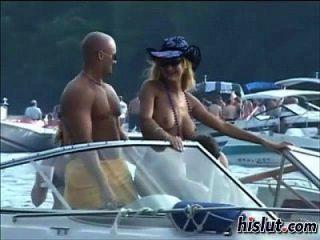 झील से बाहर लड़कियों