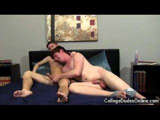 पाउंडिंग शुरू करने के लिए समलैंगिक वीडियो तैयार है, केलन पहले रयान को प्राप्त करता है
