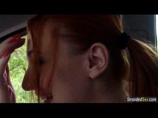 रेड इंडियन चीयरलेडर ईवा बर्गर एक सवारी के लिए अजनबी fucks