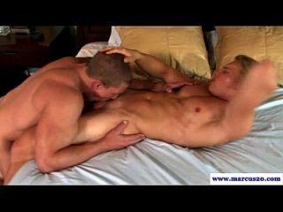 एक मांसल समलैंगिक आदमी चूसने सीधे जॉक